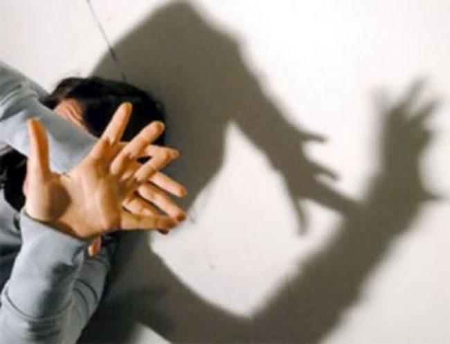 Arrestato 55 enne: ha tentato di strangolare la badante della madre (che gli ha spaccato un piatto in testa)