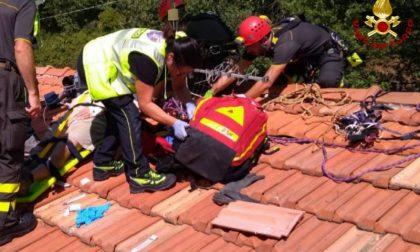 Malore mentre è sul tetto di casa: portato all'ospedale di Pistoia