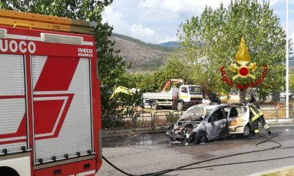 Auto a gpl si incendia: distrutta