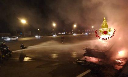 Camper a fuoco al casello dell'autostrada: distrutto
