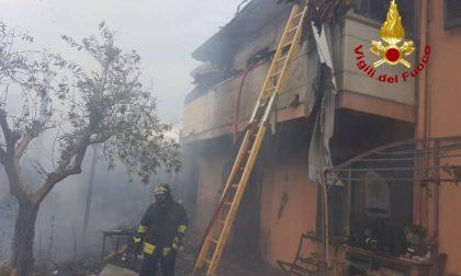 A fuoco una rimessa: due famiglie evacuate