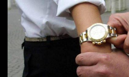 Rubano l'orologio dal polso a un anziano