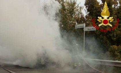 A fuoco un'auto sul viadotto Marco Polo