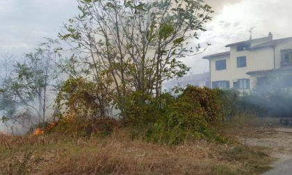 Incendio vicino ad alcune case a Campi: tante squadre impegnate per spegnerlo