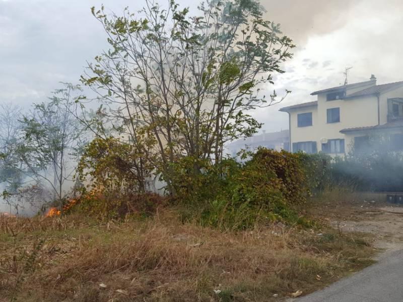 Incendio a Campi Bisenzio: paura per alcune case