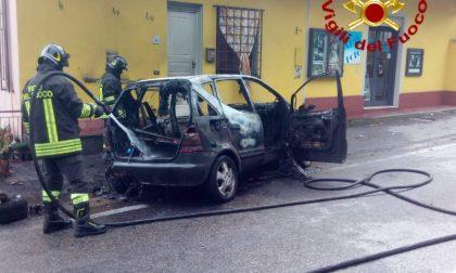 Auto in fiamme in località Ponte all'Abate