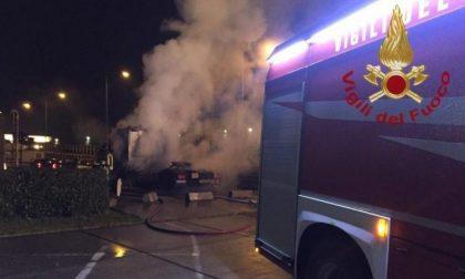 Al fuoco un camion in via degli Olmi