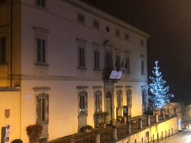 Acceso il grande albero di Natale di Poggio a Caiano
