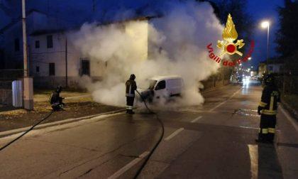 A fuoco auto a gas in via Cava