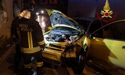 Incidente a Monte San Savino: vanno a sbattere con l'auto contro il muro