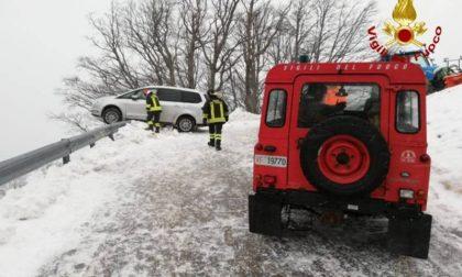 Incidente per la neve in Garfagnana: famiglia finisce con l'auto in bilico sul precipizio