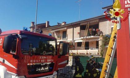 Incendio in casa, madre e figlia bloccate sul terrazzo