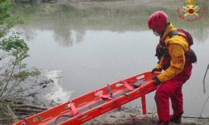 Vigili del fuoco al lavoro per recuperare il corpo di una persona in Arno