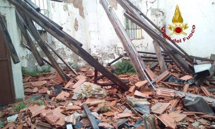 Crolla parte di tetto di un capannone