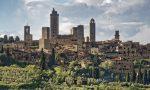 Francigena per tutti sullo sfondo delle torri di San Gimignano