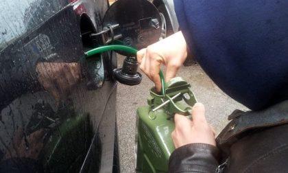 Rubava benzina da un'auto in sosta in centro a Pistoia: denunciato 28enne