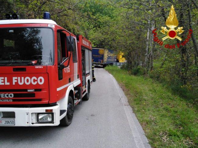 Camion si incastra a Crespole, traffico bloccato sulla Sp34