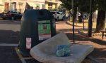 Risveglio fra i rifiuti in piazza Gramsci