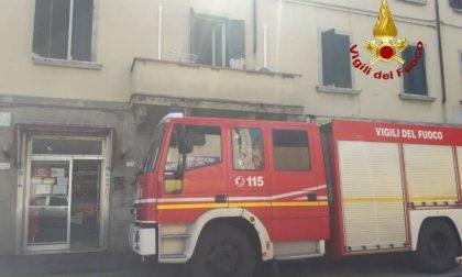 Incendio in una camera da letto: intossicato un uomo