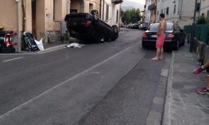 Si ribalta con l'auto in via Braga