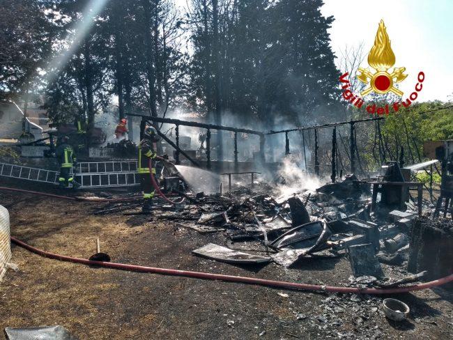 In fiamme una baracca, intervengono i Vigili del Fuoco