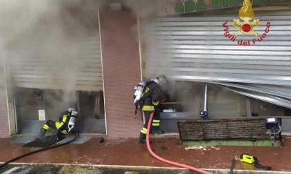 Incendio in un negozio: i Vigili del Fuoco spengono le fiamme FOTO