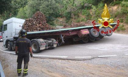 Camion perde il carico in strada FOTO