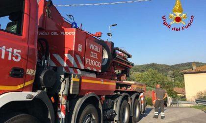Camion incastrato nella carreggiata: c'è bisogno della grù