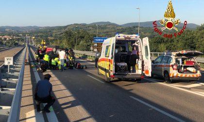 Auto si ribalta dopo un incidente: strada chiusa
