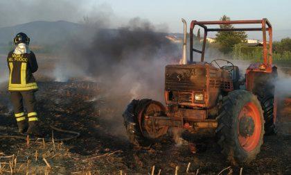 Trattore in fiamme, incendio spento dai Vigili del Fuoco FOTO