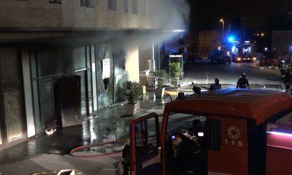 A fuoco un magazzino di Monsummano: 20 evacuati - FOTO