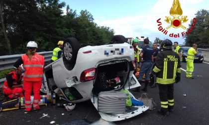 Incidente stradale in A1, auto si ribalta