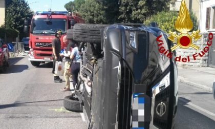 Incidente in città: finisce con l'auto sdraiata su un fianco
