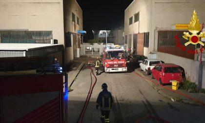 Paura nella notte: a fuoco una carrozzeria