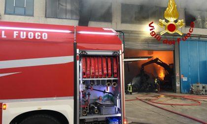 A fuoco un capannone per smaltimento rifiuti