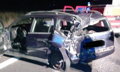 Rimane incastrato nell'auto dopo un incidente