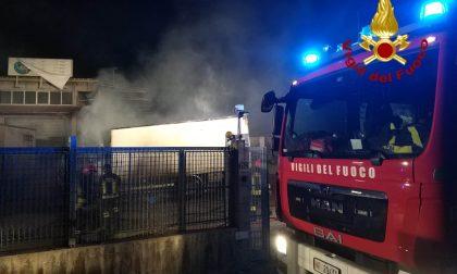 Incendio nella notte: coinvolti quattro mezzi pesanti