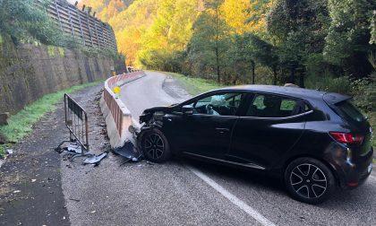 Auto prende in pieno una barriera: un ferito