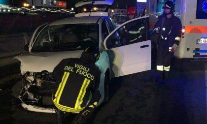 Incidente nella notte: a fuoco un furgone e una vettura