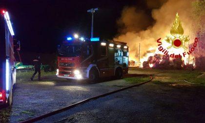 Incendio in due capannoni che contenevano rotoballe di fieno FOTO