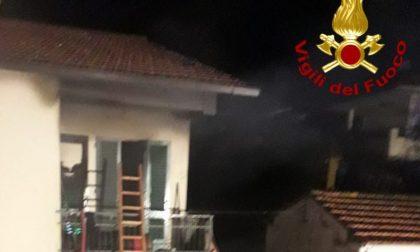 Incendio in un terra tetto: a fuoco una intera camera