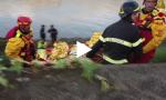 Cade in Arno dal ponte Santa Trinita VIDEO E FOTO