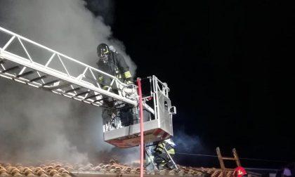 Incendio ad un tetto: intervengono i Vigili del Fuoco