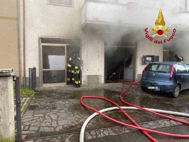 Incendio scaturito in un garage al piano terra di una palazzina di due piani