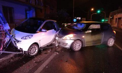 Colpisce un'auto in sosta: ferita una donna