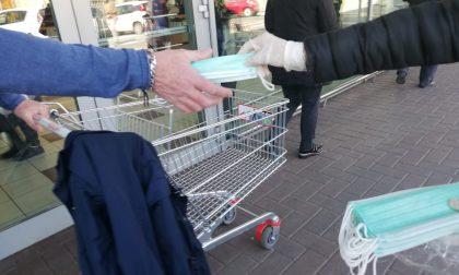 Mascherine distribuite a chi fa la spesa davanti alla Coop