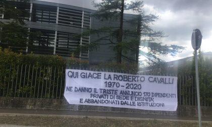 Striscione shock davanti la sede della Cavalli: l'azienda è morta