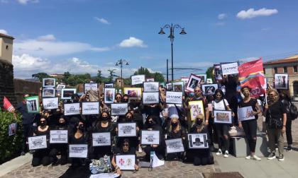 """Azienda Cavalli: ecco le foto del """"funerale"""" inscenato dai dipendenti"""
