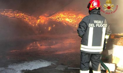 Grosso incendio di materiale plastico in un capannone – GUARDA LE FOTO