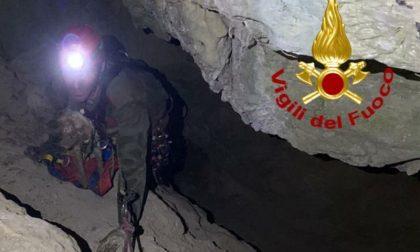 Cagnolino spaventato rimane bloccato nella grotta